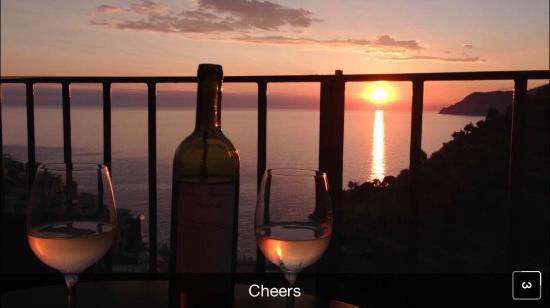 Manarolavistamare: Sunset on balcony