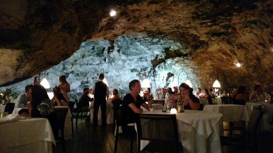 Ristorante Grotta Palazzese: Vista para dentro da caverna