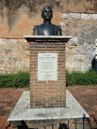 Gate of Mercy (Puerta de la Misericordia): El busto se ubica a un costado de la Puerta.