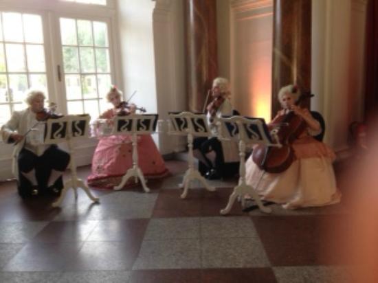 Charlottenburg Palace: パーティの余興のコンサート
