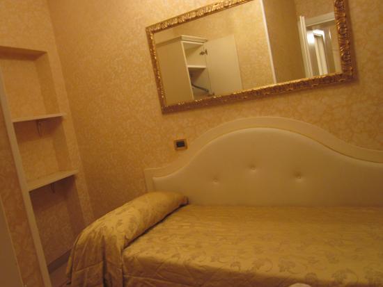 Riviera Hotel: 第二の寝室。こちらだけでも十分な広さ