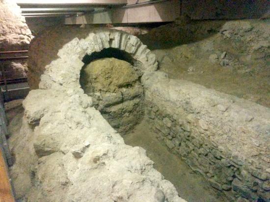 Crypte Archeologique: Aqueduc souterrain