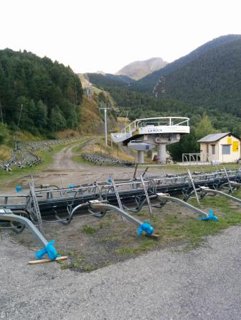 Hotel Or Blanc: The ski lift beside the hotel