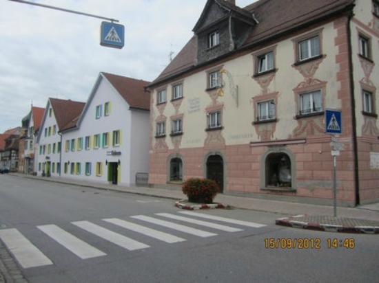 Hotel Gasthof Ochsen: Фасад отеля (слева на фото)
