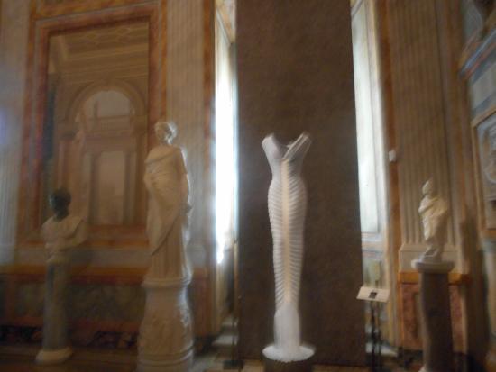 """Galleria Borghese: """"bondage dress"""" bianco"""