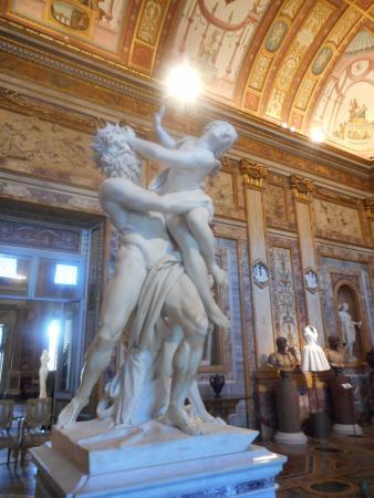 """Galleria Borghese: Bernini: """"ratto di Proserpina """"  e visto bianco in lontananza"""