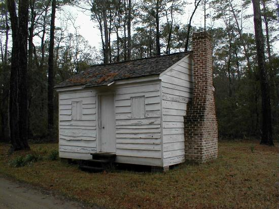 Hobcaw Barony Visitors Center : Former slave cabin in Friendfield Village - Hobcaw Barony