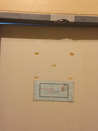 Saireehut Resort : adesivi improponibili sulla porta rotta del bagno