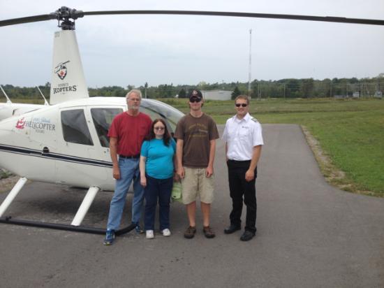 Gananoque, Kanada: The three of us with our pilot.