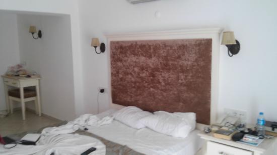 Ata Lagoon Beach Hotel: Ну замечем вам 2 прикроватные тумбочки???