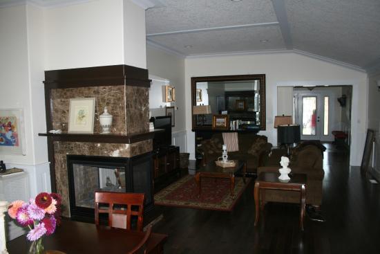 Foxglove Inn and Gardens: The livingroom of the Lodge, Foxglove Inn