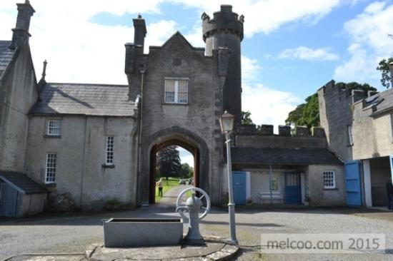 County Westmeath, Irland: Courtyard and old vintage water pump and street lamp