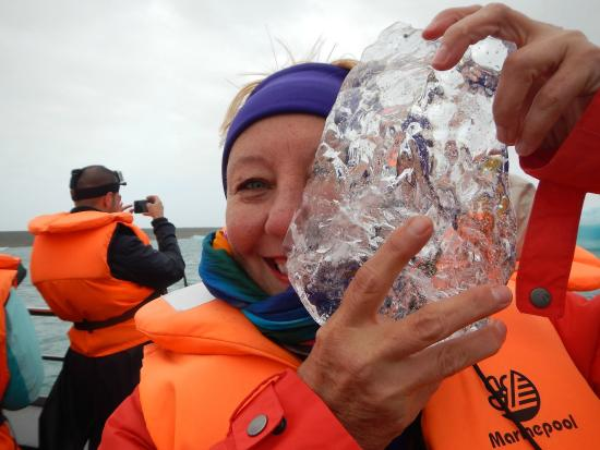 Jokulsarlon, Islandia: Joanie holding a 10,000 year old piece of ice.