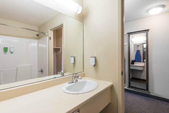 Super 8 Windsor NS: Guest Bath
