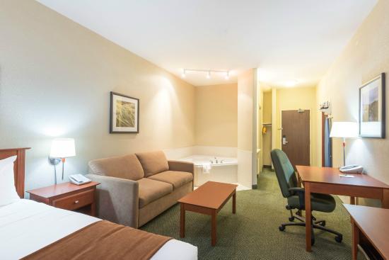 Super 8 Windsor NS: King Jacuzzi Room