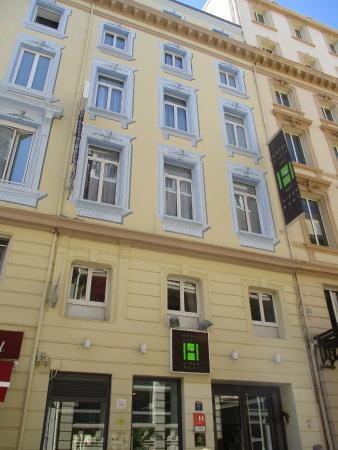 Hotel Carre Vieux Port Marseille: Hotel exterior from rue Beauvau