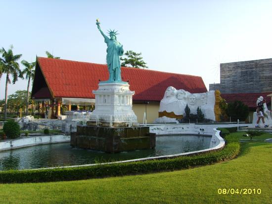 Mini Siam and Mini Europe: статуя свободы