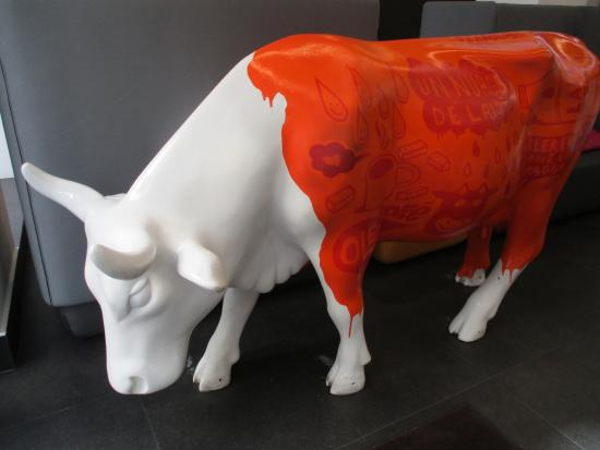Hotel Carre Vieux Port Marseille: Funky cow in Reception!