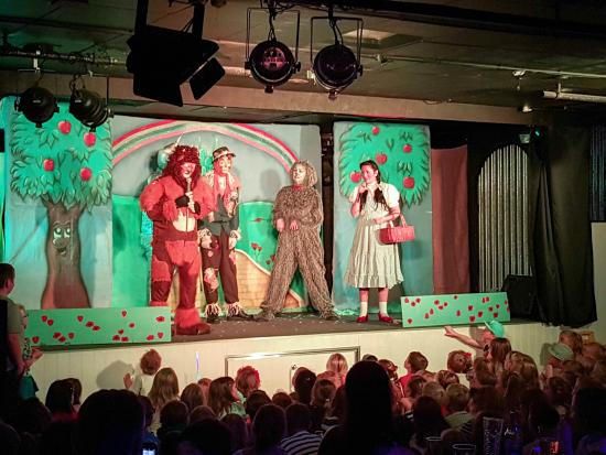 Hendra Holiday Park: Hendra stage show, Wizard of Oz