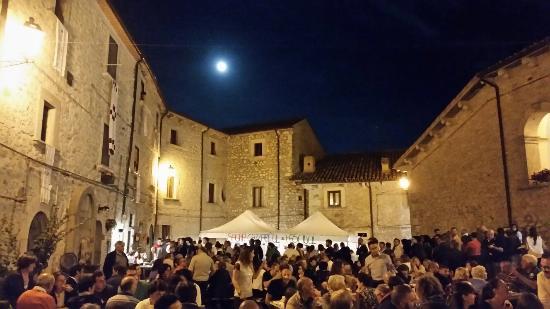 Vastogirardi, Italy: Il castello nella serata dedicata alla sagra di cazzariegl e fasciuol