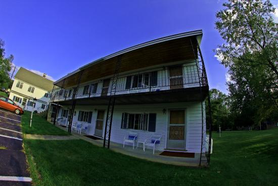 Junge's Motel: outside room