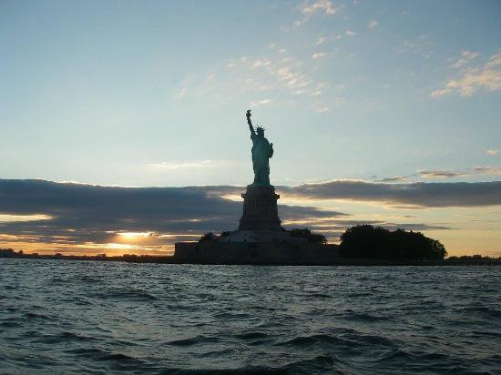 Columbia, Nueva Jersey: Statue of Liberty at sunset