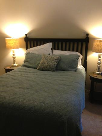 Andre's Riverview Bed and Breakfast: library suite