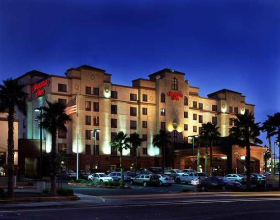 hotel exterior night view picture of hampton inn. Black Bedroom Furniture Sets. Home Design Ideas
