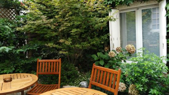 Passy Eiffel Hotel: Garden Backyard - Smoking and Relaxing area