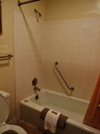 The Pines: Very cramped, dated bathroom