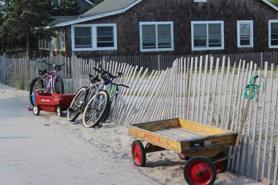 Ocean Beach, Estado de Nueva York: Wagons & Bikes - That's How We Roll On Fire Island