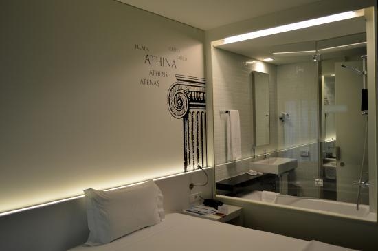 Hotel 3K Europa: Glass wall between bathroom and bedroom