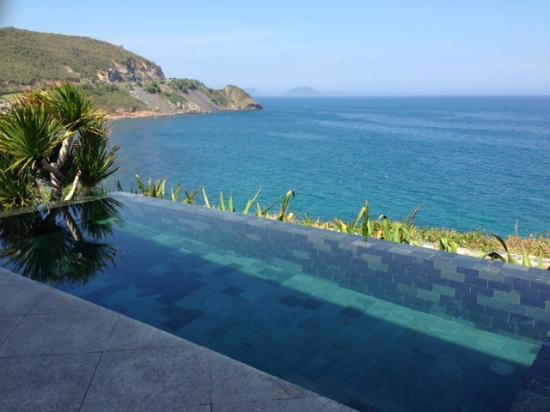 Mia Resort Nha Trang: cliff villa pool