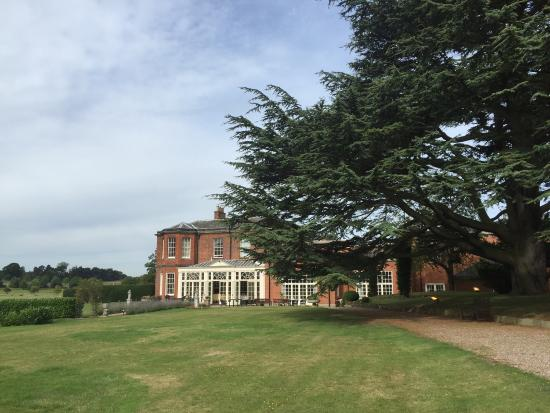 Dovecliff Hall Hotel: Beautiful setting with well cared for mature trees.