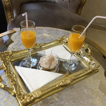 White House Hotel Istanbul: welcome drinks with turkish delights!