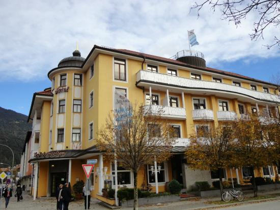 Hotel Vier Jahreszeiten: 駅前のとにかく便利な立地のホテル