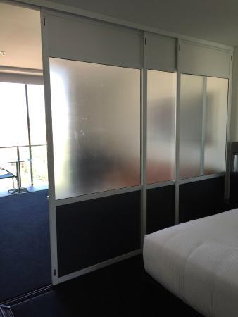 Oaks Gladstone Grand Hotel: privacy screening (retractable) around bed area