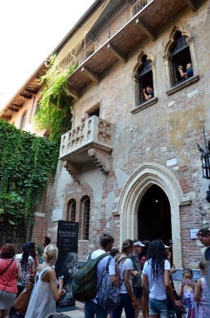 Casa di Giulietta: Juliet's balcony, and the throngs below