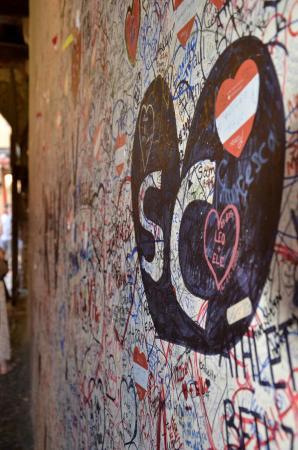 Casa di Giulietta: Love Graffiti at the courtyard entryway