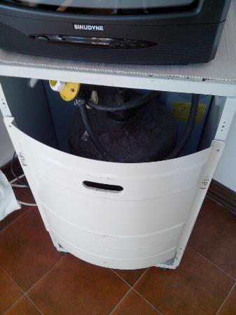 Residence Costa Serena : vieilles armoire métallique rouillée avec bouteille gaz