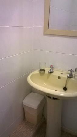 Avalon Hotel: Functional bathroom