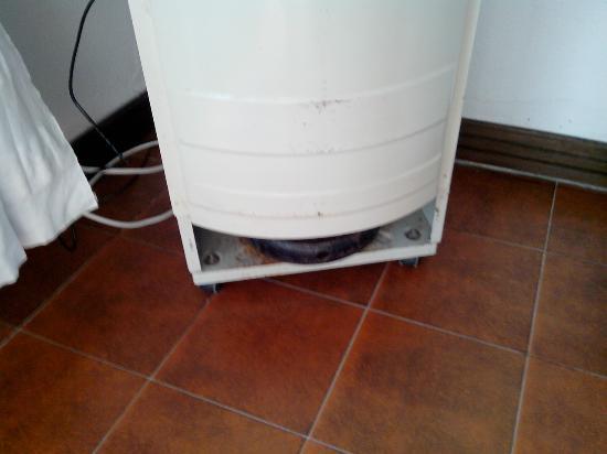 Residence Costa Serena : Bas rouillé de l'armoire gar à l'intérieur et télévision dessus