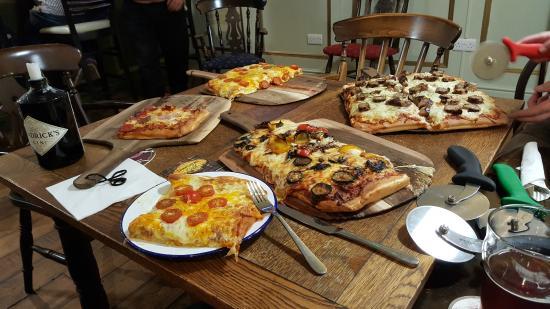 Kennford, UK: Les pizza - (mid size pour 2 personnes chacune)