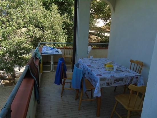 Tavolo Cucina E Sedie.2 Appartamento Con Tavolo E Sedie Prelevate In Cucina Picture