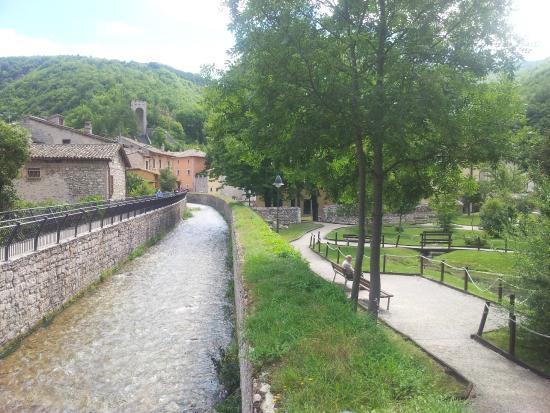 Lungofiume con giardini visso picture of il laghetto di for Laghetto i giardini
