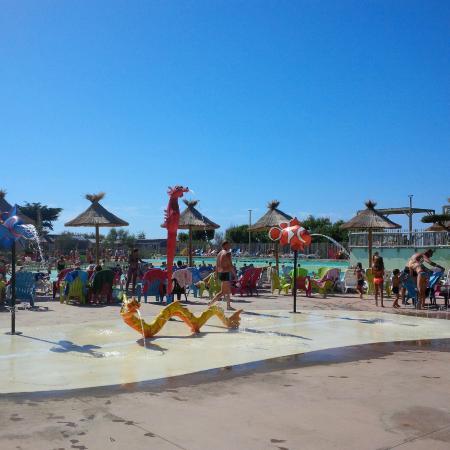 Piscine beach garden photo de les m diterran es for Camping a marseillan plage avec piscine