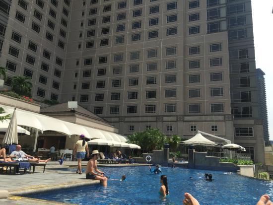 Mandarin Oriental, Kuala Lumpur: vista hotel dalla piscina