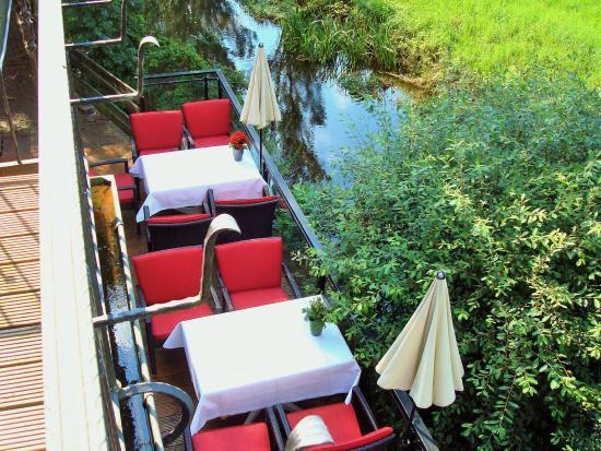 Brackstedter Mühle: Blick aus meinem Zimmer auf die Terrasse mit kl. Aller