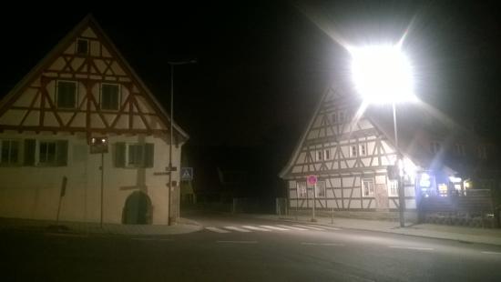 AKZENT Hotel Restaurant Lamm: La zona antistante all'hotel di sera