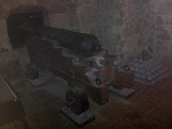 Castello Aragonese: antico cannone